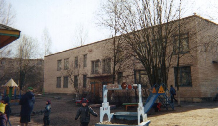 <FONT face=Verdana,Geneva,Arial,Helvetica,Sans-Serif size=4>School Grounds in St. Petersburg</FONT>
