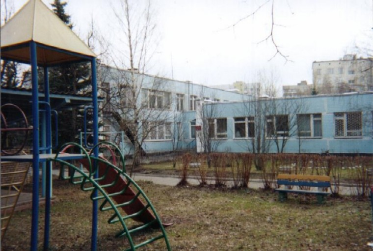 <P align=left><b><FONT face=Verdana,Geneva,Arial,Helvetica,Sans-Serif size=4>Playground at Moscow 1 School</FONT></b></P>